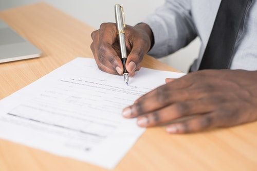 The iTutorGroup contract is full of complicated words, but there are some things you should check for. This picture shows an iTutorGroup consultant signing his iTutorGroup contract.